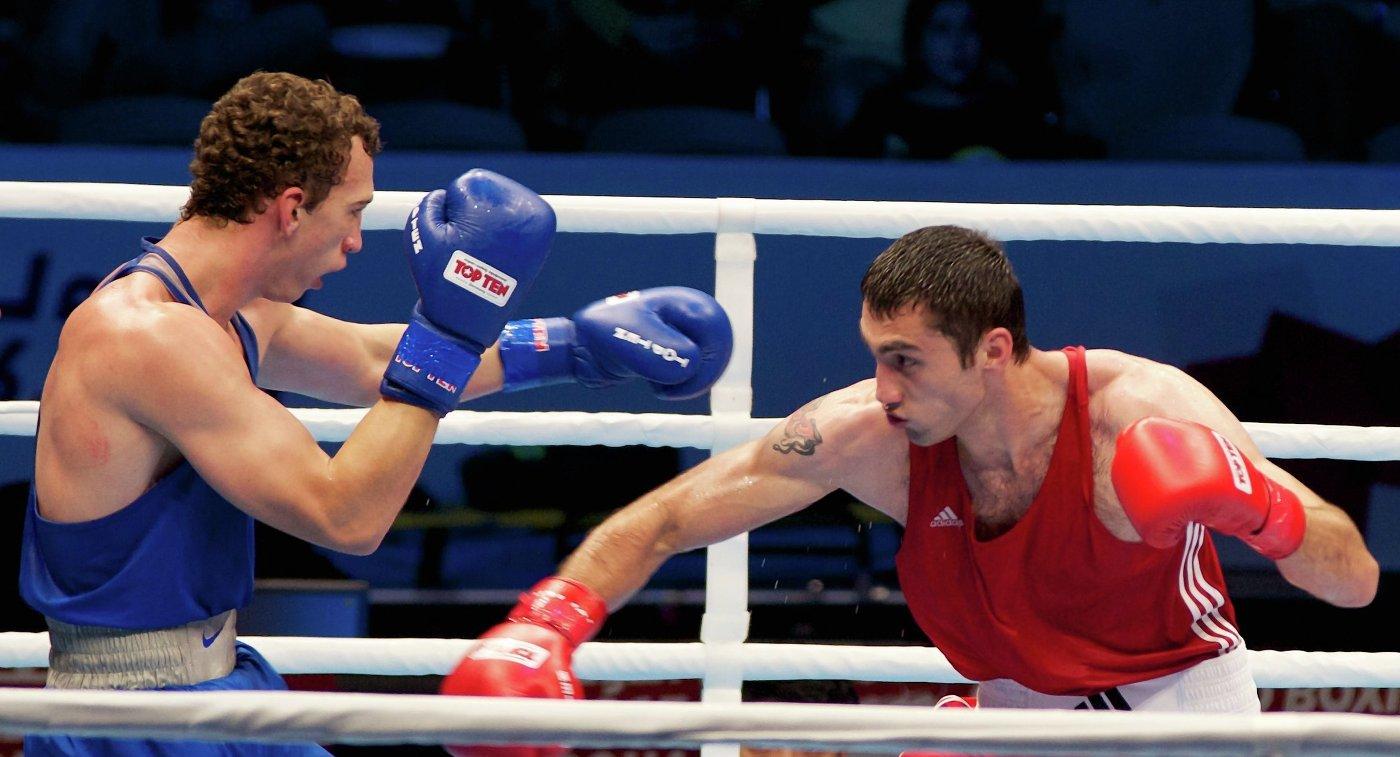Российский боксер Павел Силягин (слева)