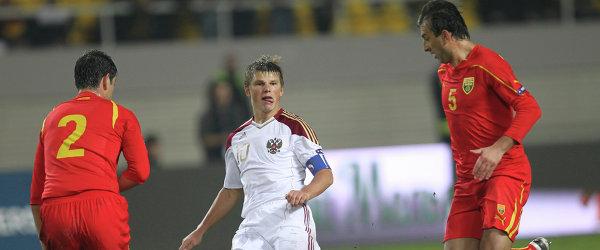Ванс Шиков (Македония), Андрей Аршавин (Россия) и Игор Митрески (Македония) (слева направо)