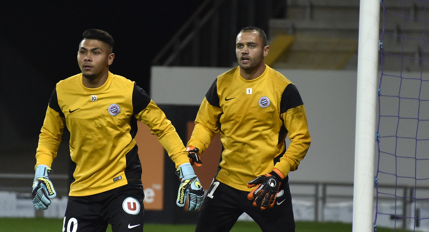 Вратарь французского Монпелье Димитри Берто (слева)