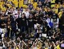 Баскетболисты и тренерский штаб Голден Стейт во время церемонии награждения чемпионов НБА