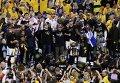 """Баскетболисты и тренерский штаб """"Голден Стейт"""" во время церемонии награждения чемпионов НБА"""