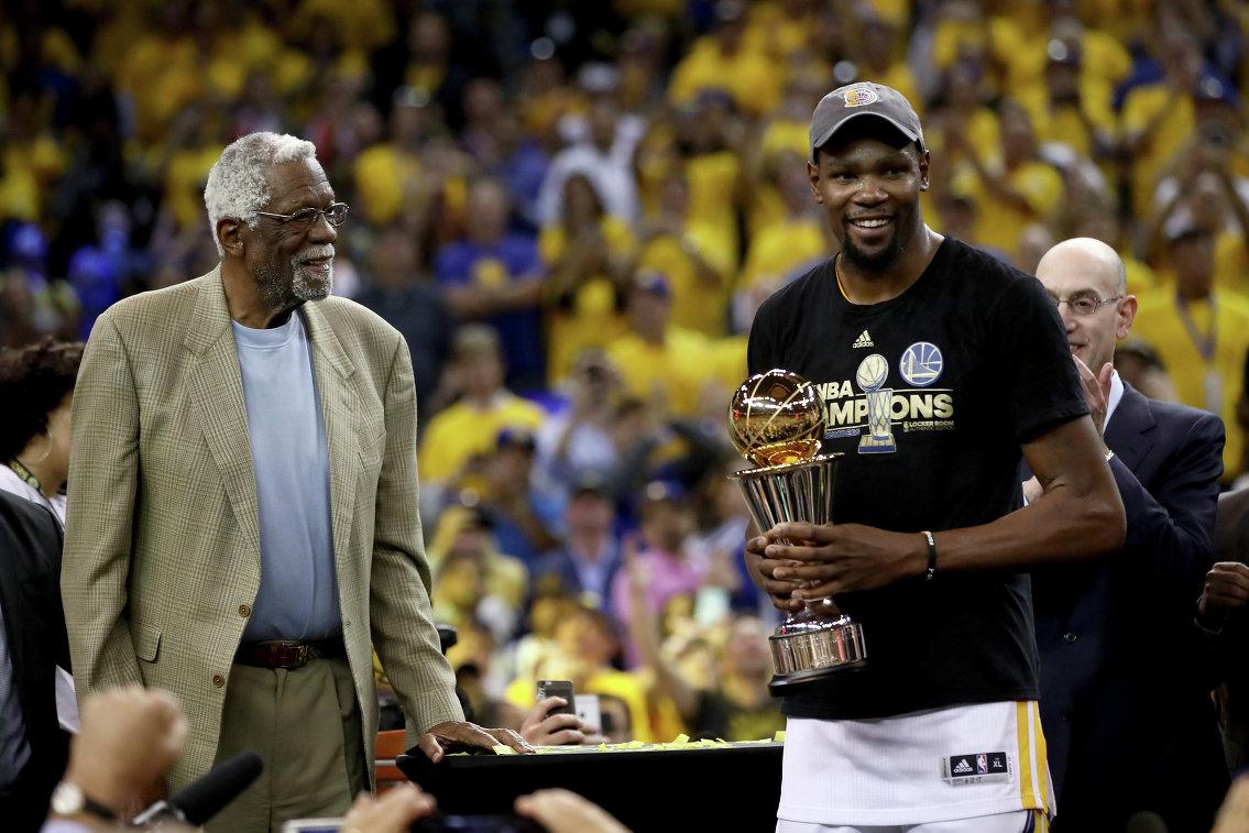 Легендарный баскетболист Билл Рассел (слева) и форвард Голден Стейт Кевин Дюрэнт