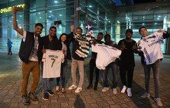 Болельщики встречают игроков сборной Португалии