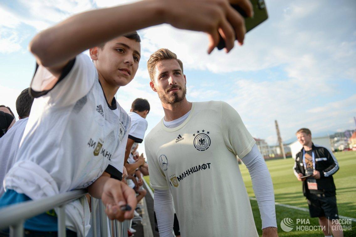 Вратарь сборной Германии по футболу Кевин Трапп фотографируется с болельщиками
