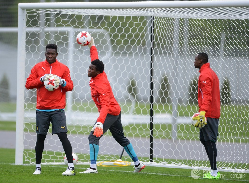 Слева направо: вратари сборной Камеруна Фабрис Ондоа, Фабрис Ондоа и Жорж Бокве