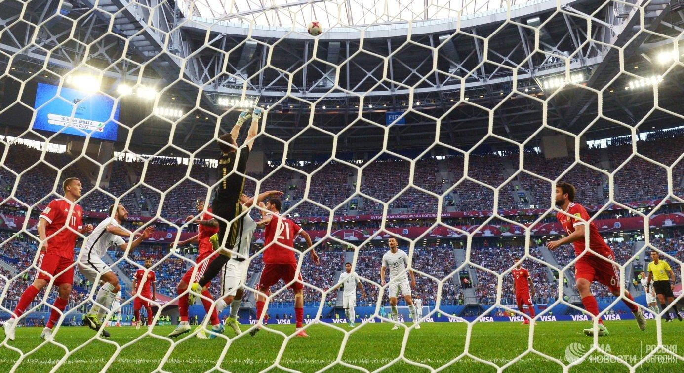 Игровой момент футбольного матче между командами России и Новой Зеландии