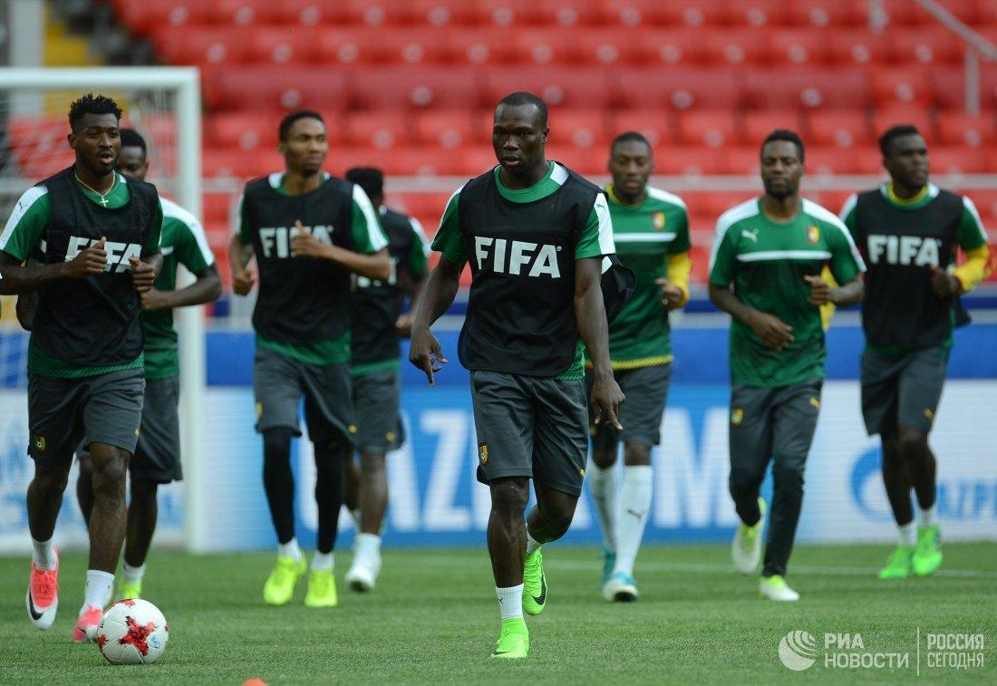Форвард сборной Камеруна по футболу Венсан Абубакар (по центру)