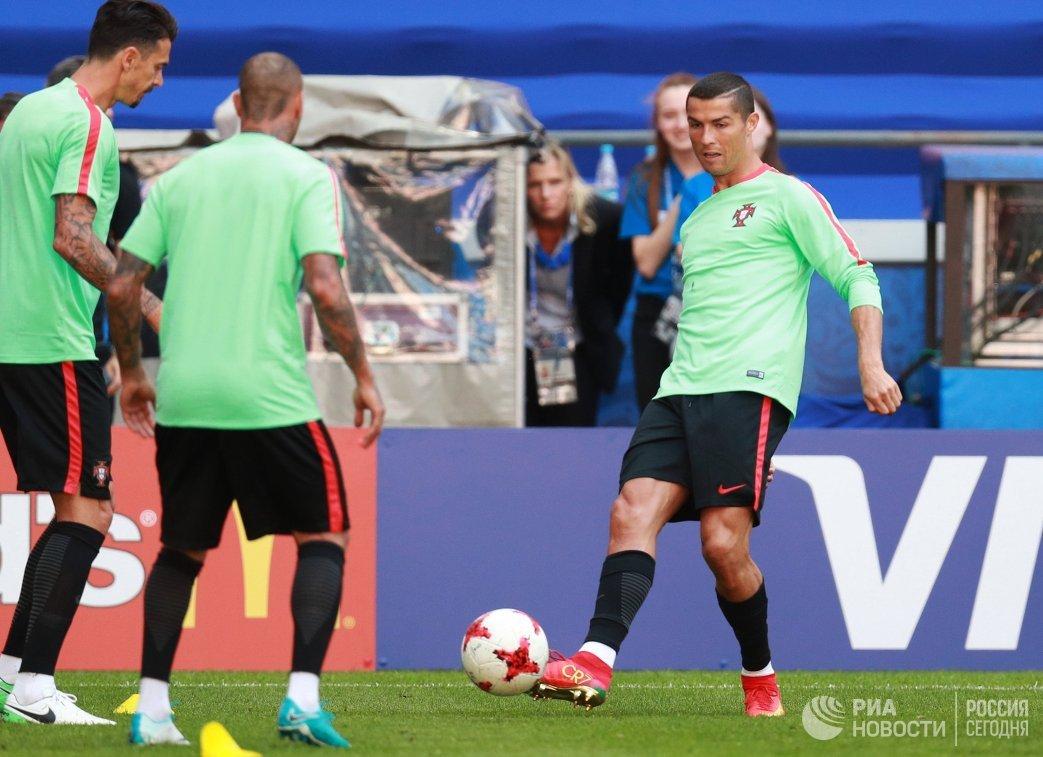 Нападающий сборной Португалии по футболу Криштиану Роналду (справа)