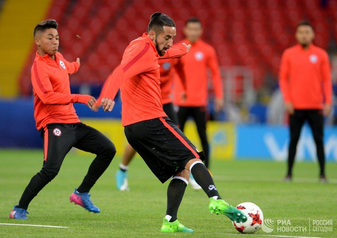 Защитник сборной Чили по футболу Маурисио Исла (в центре)