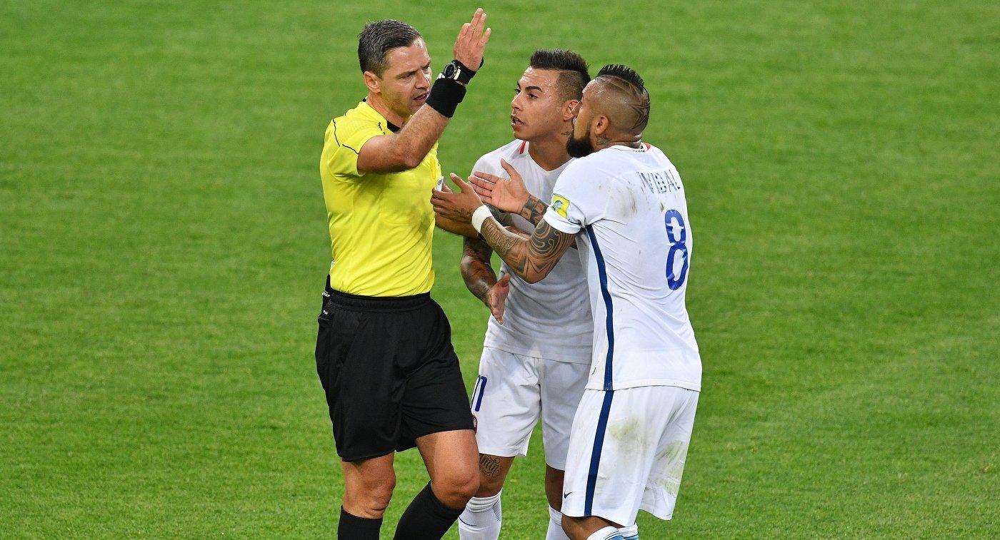 Главный судья Дамир Скомина, нападающий сборной Чили Эдуардо Варгас и полузащитник Артуро Видаль (слева направо)