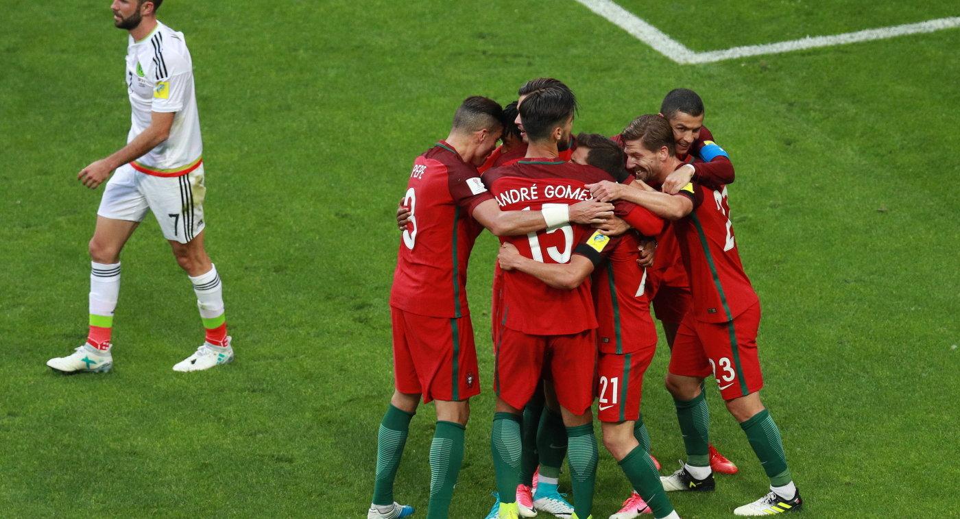 Футболисты сборной Португалии радуются забитому голу Пепе, Андре Гомеш, Седрик Соареш и Адриен Силва (слева направо) радуются забитому голу