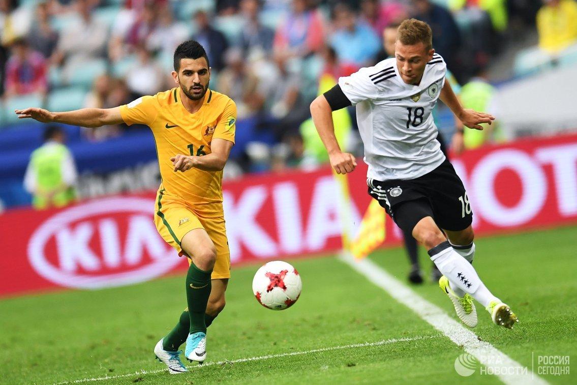 Защитники сборной Австралии по футболу Азиз Бехич и сборной Германии и Йозуа Киммих (слева направо)