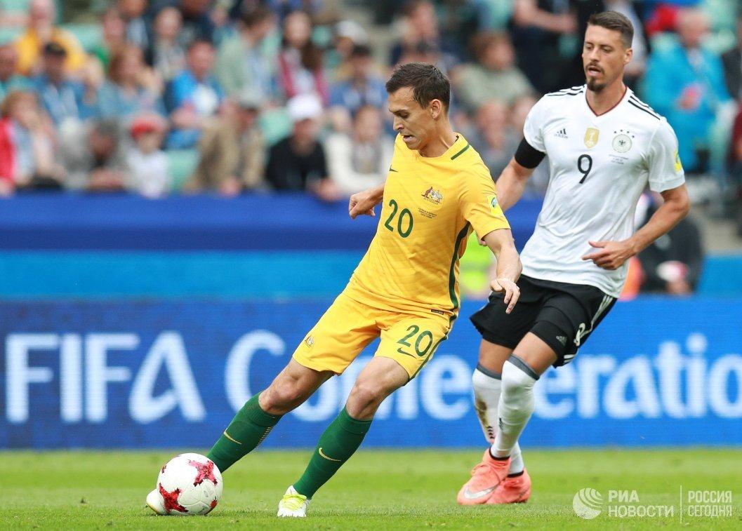 Защитник сборной Австралии по футболу Трент Сейнсбери и форвард сборной Германии Сандро Вагнер (слева направо)