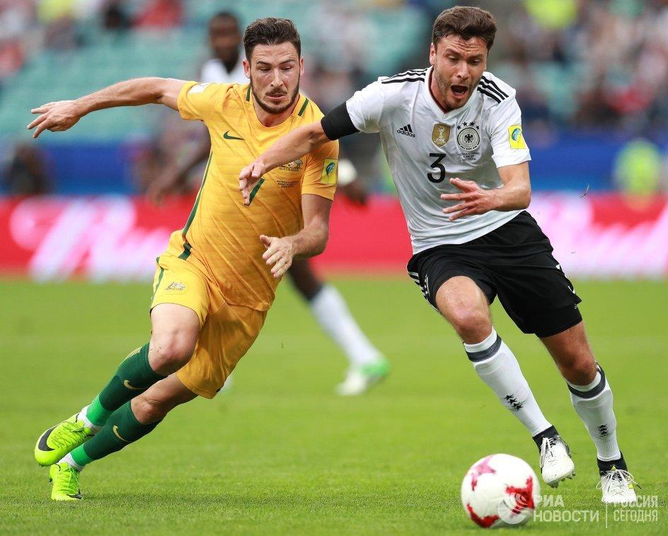 Нападающий сборной Австралии по футболу Мэттью Лек и защитник команды Германии Йонас Хектор (слева направо)