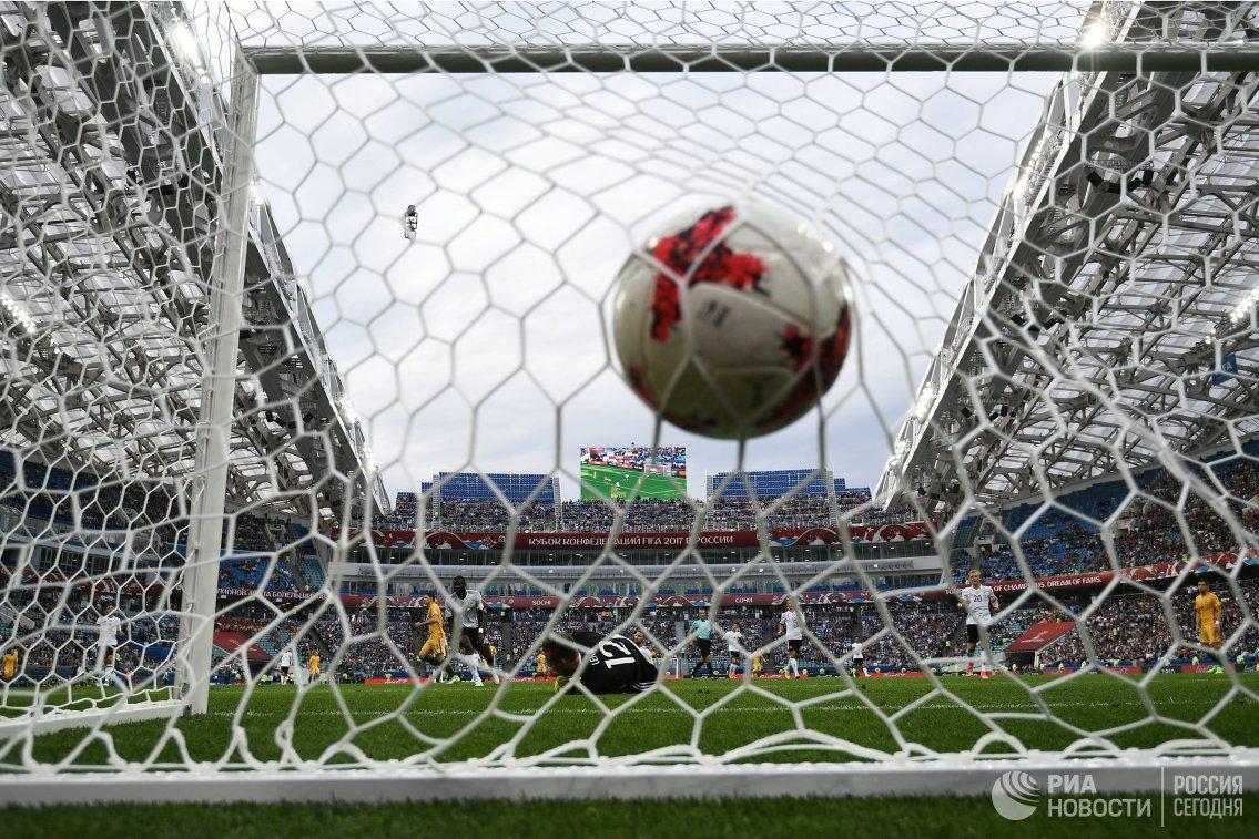Вратарь сборной Германии по футболу Бернд Лено пропускает гол