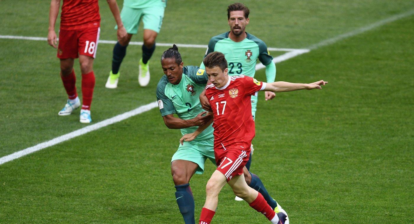 Защитник сборной Португалии Бруну Алвеш и полузащитник сборной России Александр Головин (слева направо на первом плане)