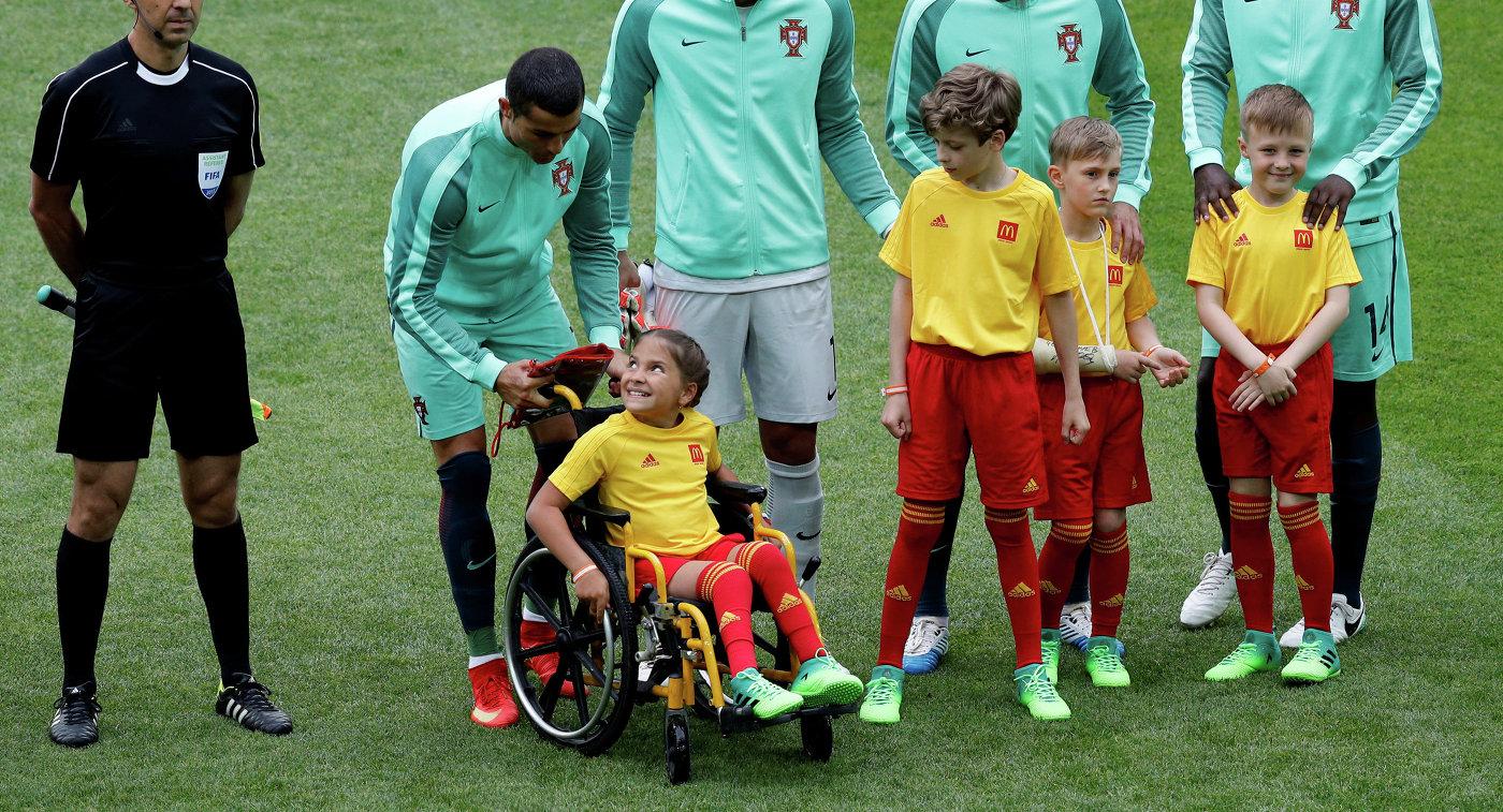 Нападающий сборной Португалии Криштиану Роналду (второй слева)