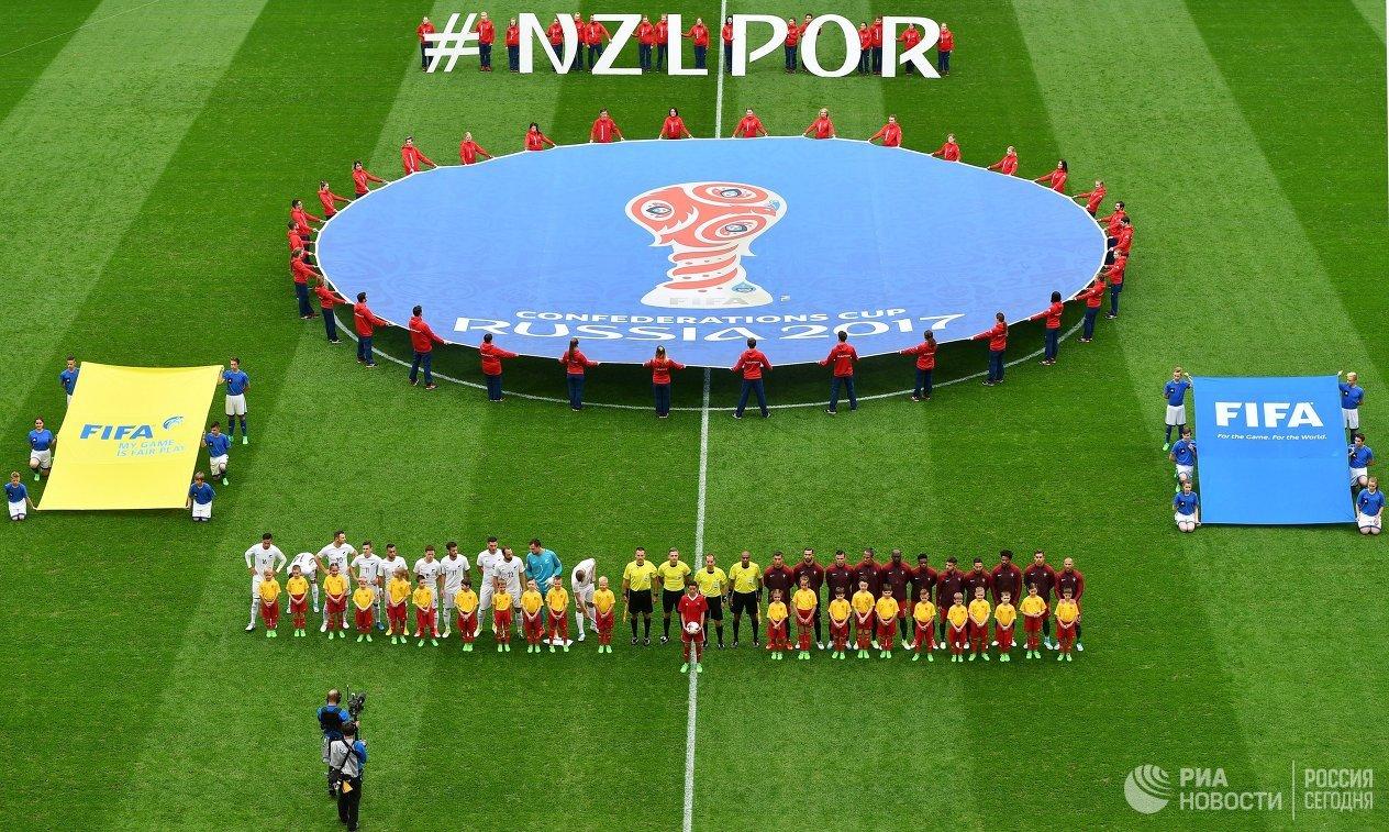 Футболисты сборных Новой Зеландии и Португалии