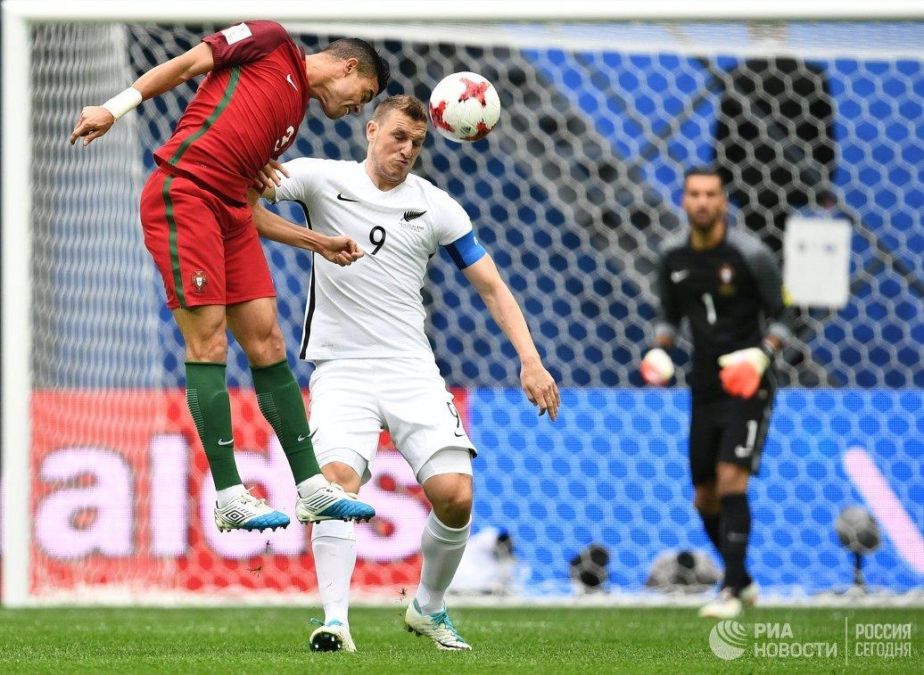 Защитник сборной Португалии Пепе, форвард сборной Новой Зеландии Крис Вуд и вратарь сборной Португалии Руй Патрисиу (слева направо)