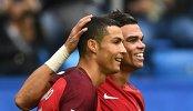 Футболисты сборной Португалии Криштиану Роналду (слева) и Пепе