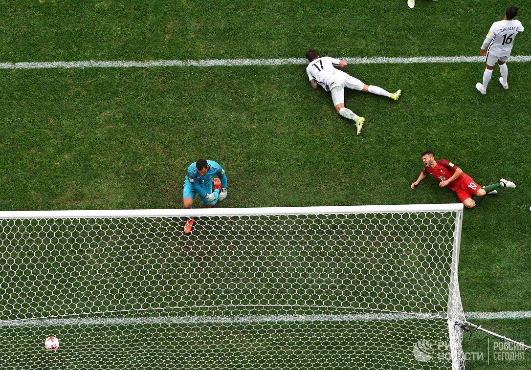 Игровой момент матча Кубка конфедераций-2017 между сборными Португалии и Новой Зеландии