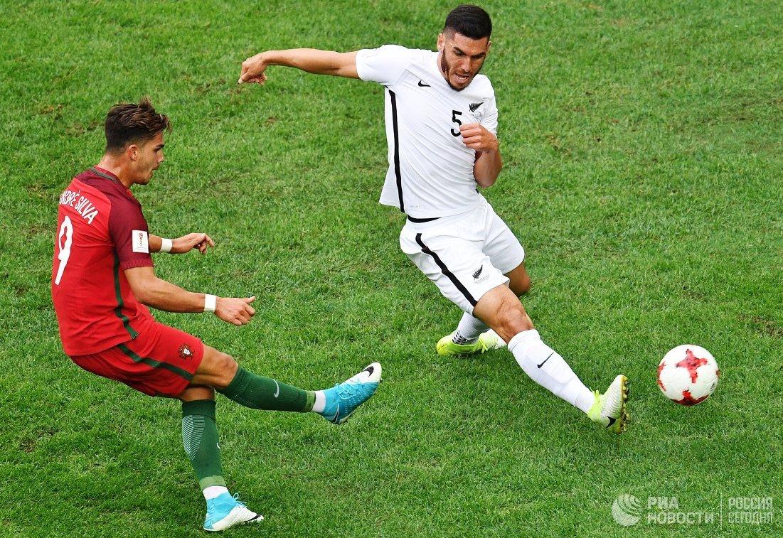 Форвард сборной Португалии Андре Силва (слева) и защитник сборной Новой Зеландии Майкл Боксолл