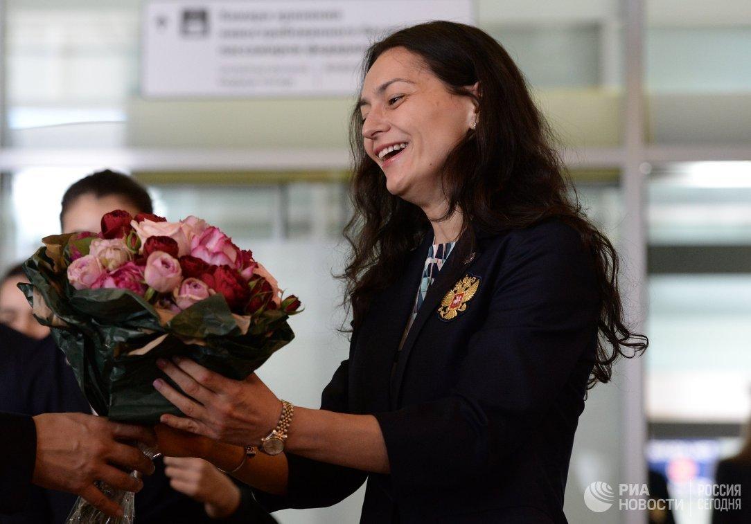 Член женской сборной России по шахматам Александра Костенюк в аэропорту Шереметьево