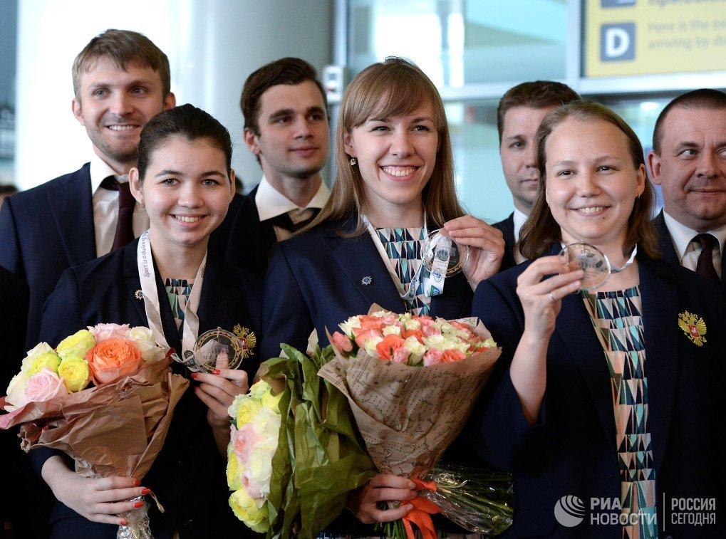 Члены женской сборной России по шахматам Александра Горячкина, Валентина Гунина и Ольга Гиря (слева направо) во время встречи в аэропорту Шереметьево