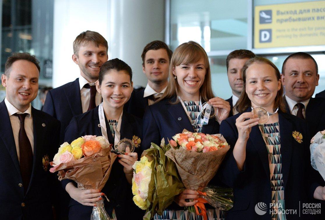 Члены женской сборной России по шахматам Александра Горячкина, Валентина Гунина и Ольга Гиря (слева направо)