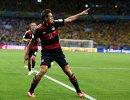 Мирослав Клозе радуется забитому мячу, позволившему стать ему лучшим голеадором в истории чемпионатов мира