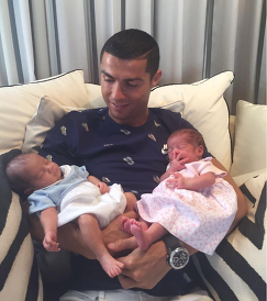 Португальский футболист Криштиану Роналду и его новорожденные дети