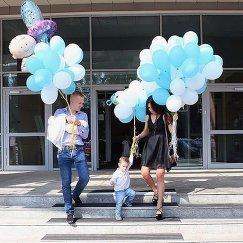 Хоккеист Александр Карпушкин с женой и сыном