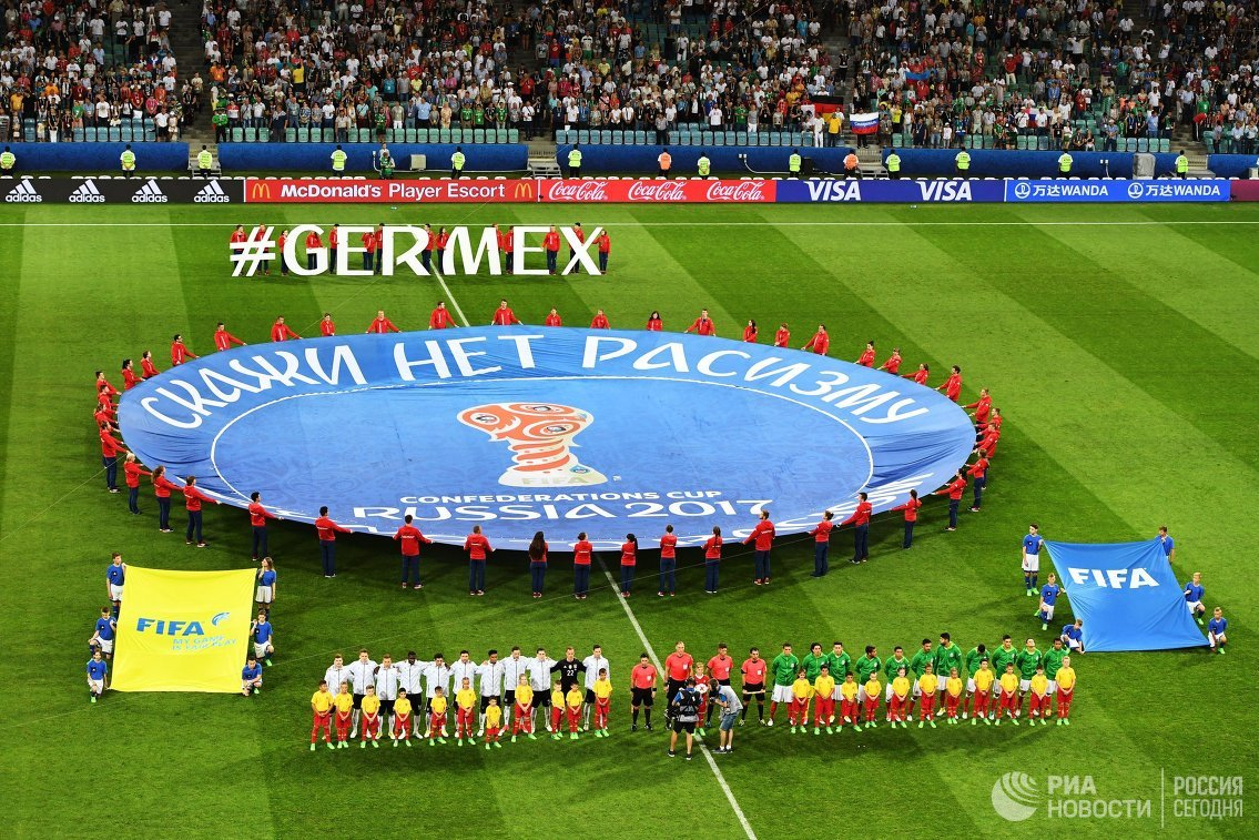 Футболисты сборных Германии и Мексики перед началом матча