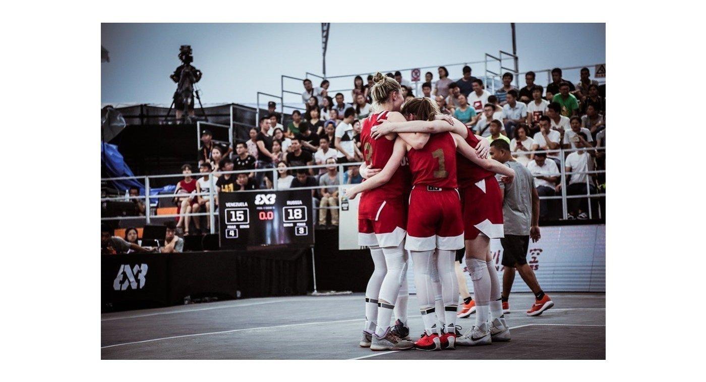 Игроки женской сборной России по баскетболу 3х3 во время матча группового этапа чемпионата мира среди игроков не старше 18 лет