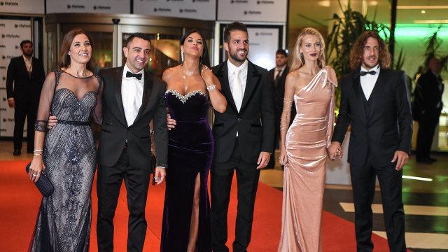 Бывшие одноклубники Месси по Барселоне Карлес Пуйоль, Сеск Фабрегас и Хави (справа налево) с женами