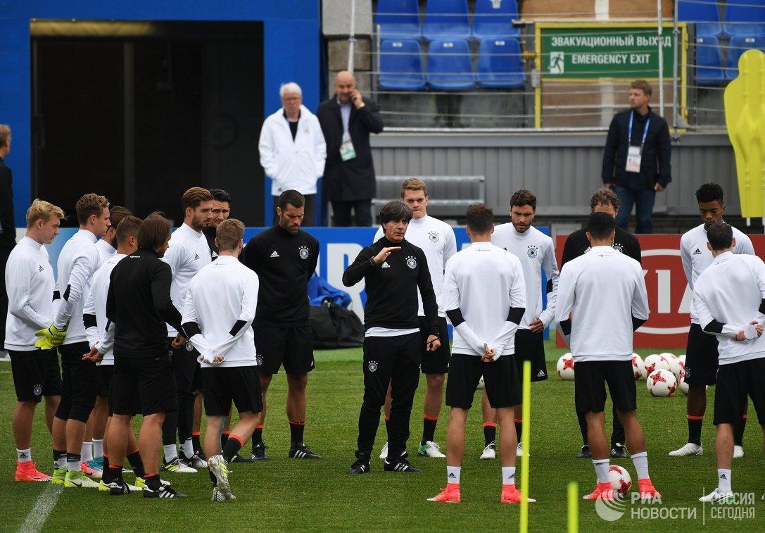 Главный тренер сборной Германии Йоахим Лёв (в центре) и футболисты команды