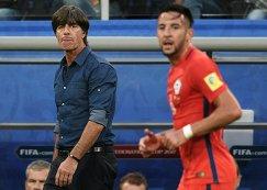 Главный тренер сборной Германии Йоахим Лев (слева)