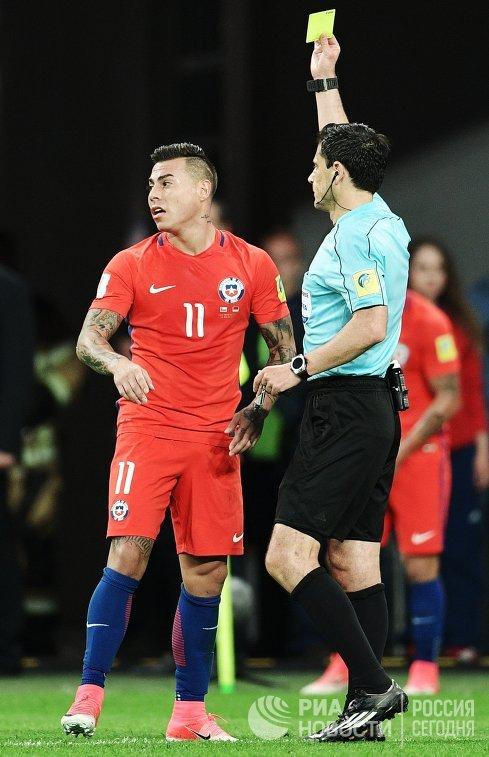 Нападающий сборной Чили по футболу Эдуард Варгас (слева)