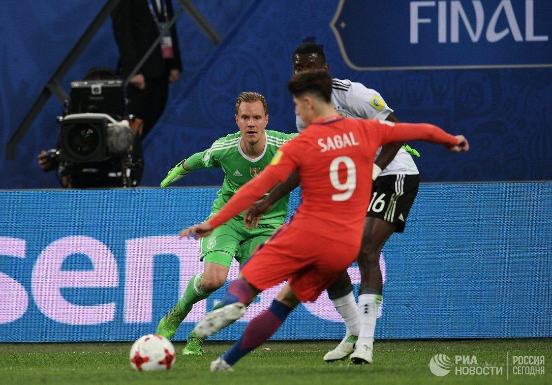 Вратарь сборной Германии по футболу Марк-Андре тер Штеген (слева)