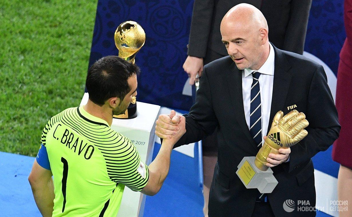 Вратарь сборной Чили по футболу Клаудио Браво и президент ФИФА Джанни Инфантино (слева направо)