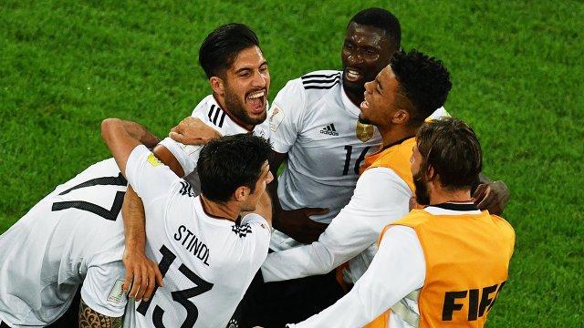 Защитник сборной Германии по футболу Антонио Рюдигер (третий справа)