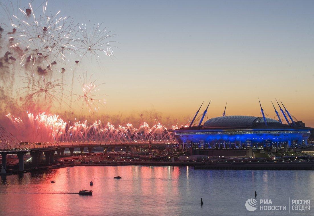 Салют у стадиона Санкт-Петербург Арена после окончания финального матча Кубка конфедераций-2017 по футболу между сборными Чили и Германии