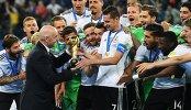 Президент ФИФА Джанни Инфантино (слева на первом плане) и игроки сборной Германии по футболу