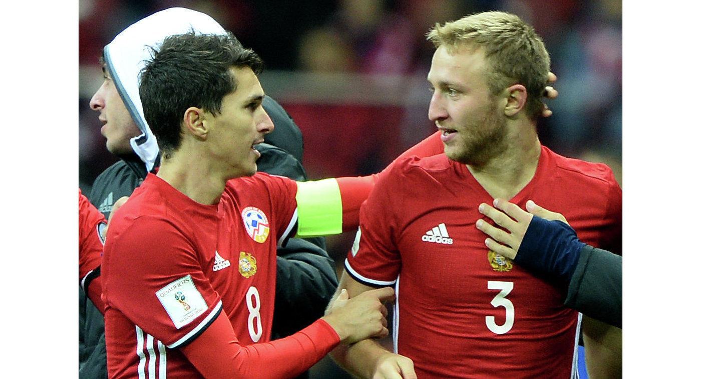 Защитник сборной Армении Вараздат Ароян (справа)