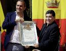 Мэр Неаполя Луиджи де Маджистрис и известный в прошлом аргентинский футболист Диего Марадона (слева направо)