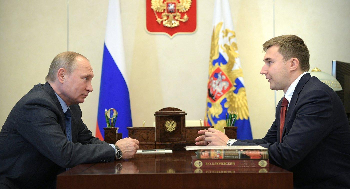 Президент РФ Владимир Путин и российский шахматист, гроссмейстер Сергей Карякин (справа)