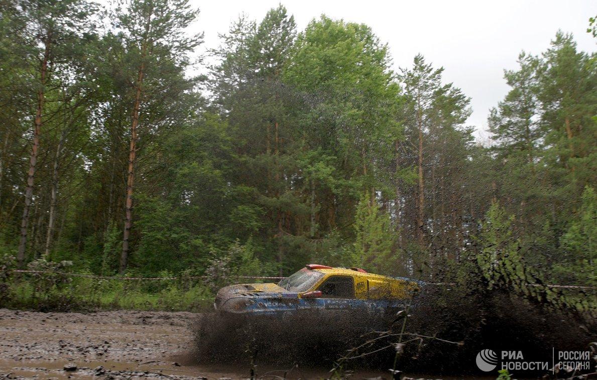 Автомобиль на трассе второго этапа ралли-рейда Шелковый путь