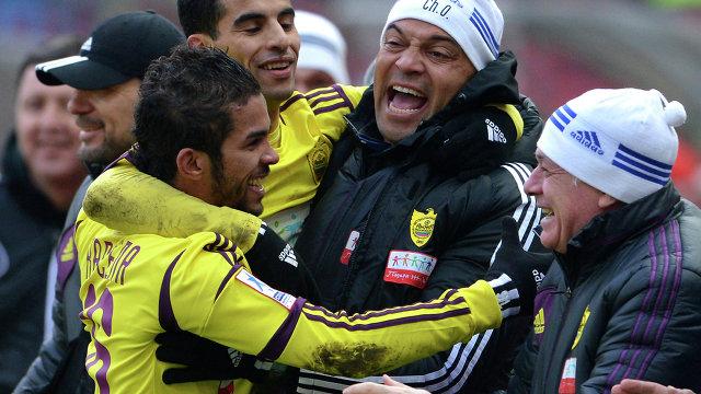 Мехди Карсела-Гонсалес (в желтом на первом плане)