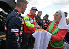 Пилот команды Peugeot Себастьян Лёб (слева), руководитель ралли-марафона Шелковый путь Владимир Чагин (второй слева) и пилот команды Peugeot Стефан Петерансель (четвертый слева)