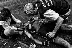 Медицинские сотрудники оказывают помощь велогонщику Ричи Порту